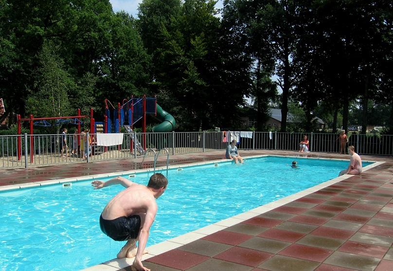 Zwembad bij camping De Harmienehoeve in het Woold