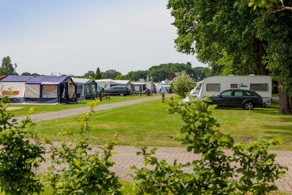 Trekkersveldje met caravans, campers en tenten