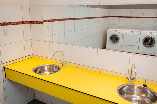 Sanitairgebouw met wasmachines en drogers